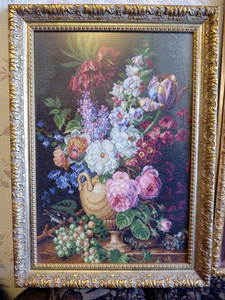 Натюрморт цветы, виноград и птица